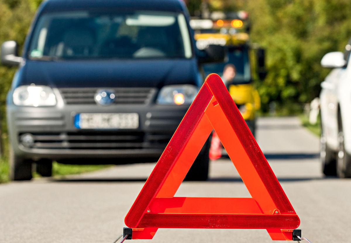 Warndreieck mit stehenden Autos dahinter